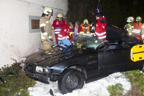 Der verletzte Lenker wurde noch vor Ort notversorgt und mit der Bergeschere befreit. foto: mathis