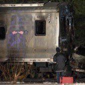 Pendlerzug rammt Auto: Sieben Tote