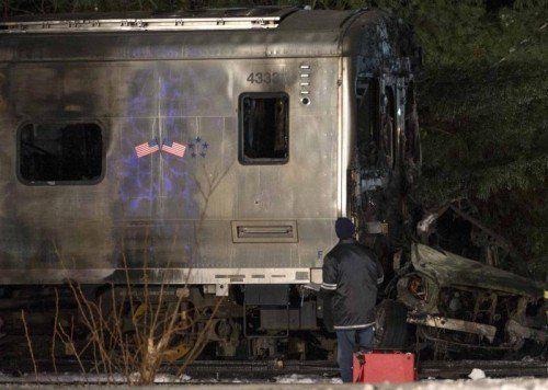 Der Vorortzug hat ein Auto gerammt, das auf den Gleisen stand. Das Autowrack und der erste Waggon sind völlig ausgebrannt.  Foto: Reuters