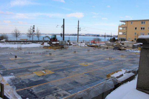 Die Tiefgaragendecke ist derzeit noch verschalt und soll bald betoniert werden.  Foto: Schuster
