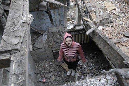 Die vereinbarte Waffenruhe wird nicht eingehalten. Granatfeuer hat das Haus dieser Bewohnerin der Stadt Donezk schwer beschädigt.  REUTERS