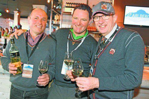 Die Weinspezialisten Werner Zull (l.) und Toni Honsig (r.) stoßen mit Abfahrts-Olympiasieger Patrick Ortlieb an.
