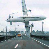 Dramatischer Flugzeugabsturz in Taipeh, mindestens 31 Menschen tot, weitere vermisst