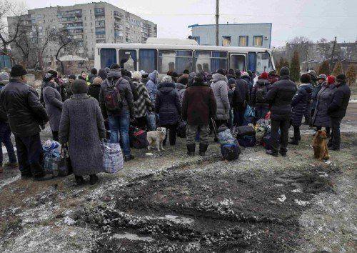 Erster Exodus aus dem heftig umkämpften ostukrainischen Debalzewo: Am Freitag flohen mehr als 1000 Zivilisten aus der durch die Gefechte stark beschädigten Stadt. FOTO: REUTERS