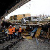 Brückeneinsturz legt Bahn vorerst lahm