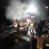 Auto geht während der Fahrt in Flammen auf