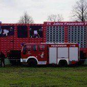Feuerwehrauto aus 4734 leeren Bierkisten