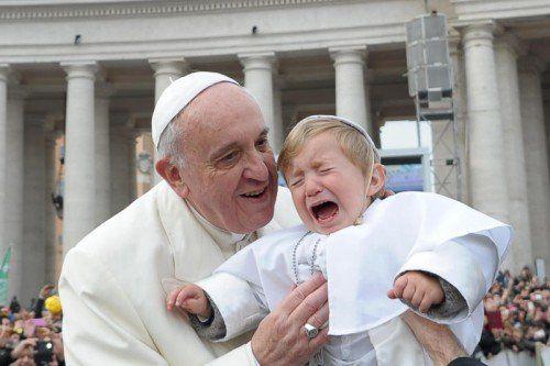 Franziskus hatte sich für das Schlagen von Kindern ausgesprochen. Experten wollen ihm in dieser Beziehung nun Ratschläge geben.  Foto: AP