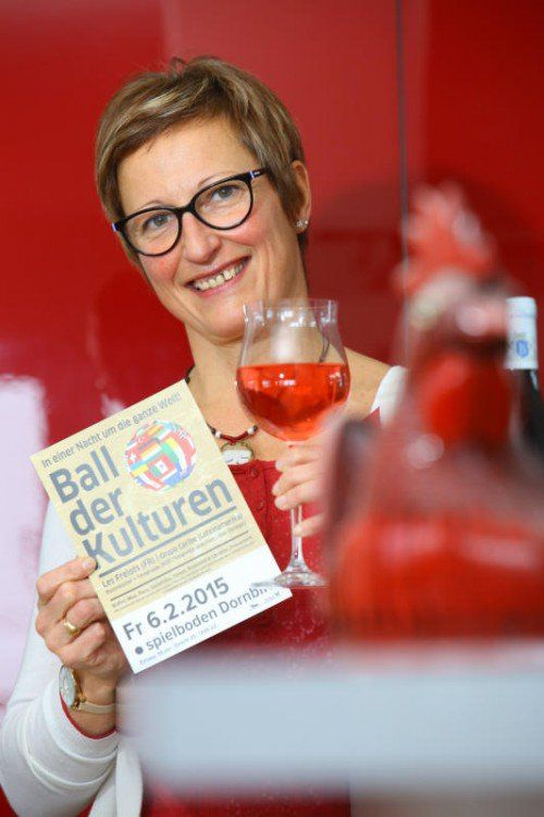 Hélène Redl Barre hat den Ball der Kulturen, der heute Abend, 6. Februar im Spielboden stattfindet, mitorganisiert. Foto: VN/Hofmeister