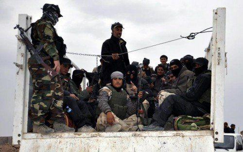 Hunderte irakische Kämpfer werden derzeit für die geplante große Bodenoffensive gegen den IS zusammengezogen.  FOTO: EPA