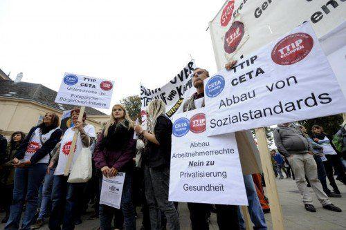 In ganz Europa wird gegen TTIP, das geplante EU-USA-Freihandelsabkommen, demonstriert.  FOTO: APA