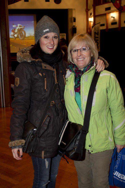 Interessiert: Angelika (l.) und Anita Saria. Fotos Franc