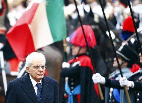 Italiens neuer Präsident Sergio Matterella schritt am Dienstag an der Ehrengarde vorbei ins Parlament in Rom.  FOTO: REUTERS