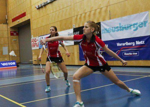 Janine Lais (vorne) und Alexandra Mathis blieben im Damen-Doppel in zwei Sätzen siegreich. Foto: steurer