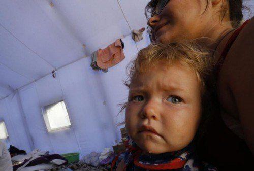 Klein-Valeriya mit ihrer Mama im Zeltcamp an der russisch-ukrainischen Grenze. Bereits mehr als eine Million Menschen sind geflohen. Fotos: RTS