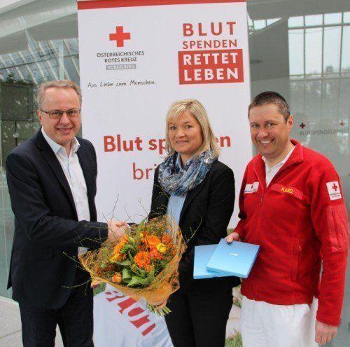 Manuela Troy nahm ihren Gewinn von Rotkreuz-Geschäftsführer Franz Rous (l.) und Michael Hamel vom Blutspendedienst in Empfang.  RK
