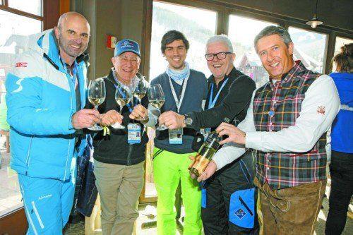 Mit Lecher Festwein stießen Toni Giger, John Garnsey, Stefano Colombo, Andreas Wenzel und Stefan Jochum an.