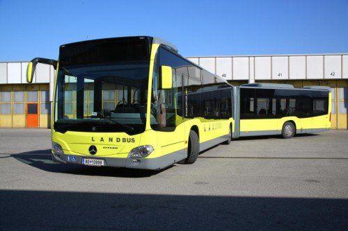 Nächster Halt Bäckerei: Den 18 Meter langen, gelben Gelenkbus parkte der hungrige Chauffeur kurzerhand auf der Fahrbahn.  Symbolbild: VN/HB
