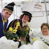 Närrischer Blumengruß für die LKH-Patienten