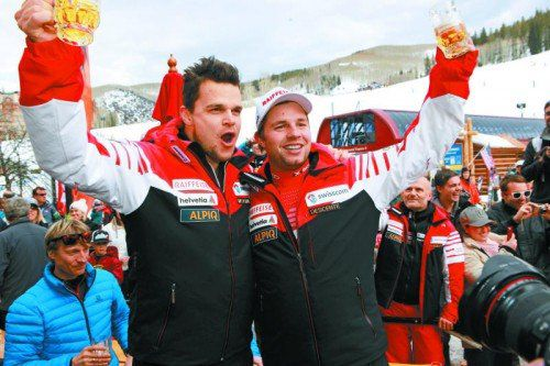 Patrick Küng und Beat Feuz lassen sich auf der Terrasse der Arlberg Lounge von den Fans feiern. Fotos: lech/Zürs