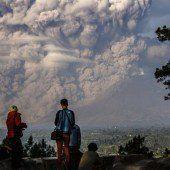 Sinabung spuckt Lava und Asche