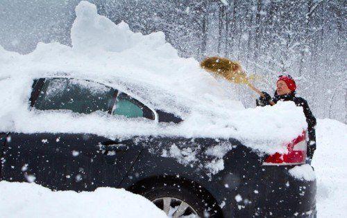 Schneehauben auf dem Fahrzeugdach müssen vor der Fahrt entfernt werden.  Foto: VN/Hartinger