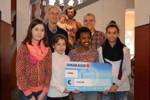 Stolz übergaben die Schüler das Geld an die Caritas. Foto: Caritas