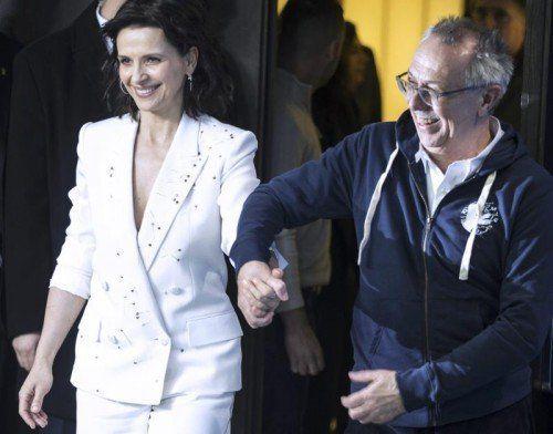 Strahlender Auftritt am ersten Berlinale-Tag: Juliette Binoche mit Berlinale-Direktor Dieter Kosslick.  Foto: Reuters
