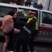 Nackter Faschingsnarr ging auf Polizisten los