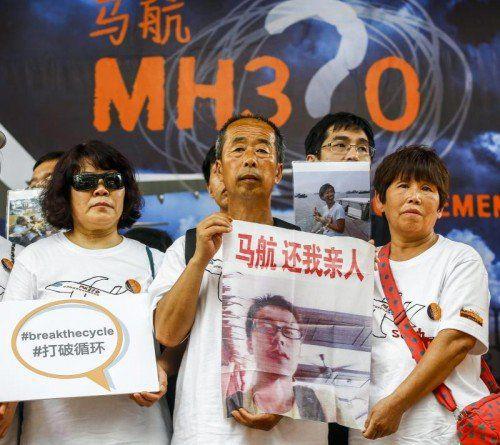 Angehörige der vermissten Passagiere von Flug MH370 gedenken am Jahrestag des Unglücks ihrer Lieben. Foto: EPA