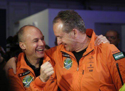 Bertrand Piccard (links) und André Borschberg wollen mit ihrer Erdumrundung ein Zeichen für den Klimaschutz setzen.  Foto: Reuters