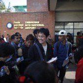 Touristen stürmen den Flughafen in Nepal
