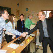 Prominenter Besucher: Bischof Benno bei der Stimmabgabe