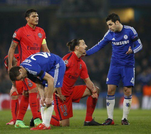 Cesc Fàbregas (r.) beklagt sich bei Zlatan Ibrahimovic. Foto: Reuters