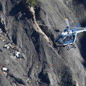 Rettungskräfte sammeln Hunderte Leichenteile ein