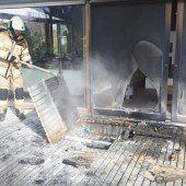 Frastanz: Holzterrasse geht in Flammen auf