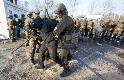 Eine Demonstration im Kosovo eskaliert: Vorarlberger Soldaten übten gestern in Feldkirch den Ernstfall.  Foto: VN/Paulitsch