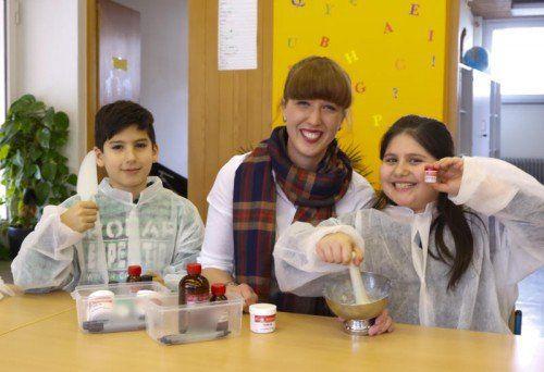 Elena Kinz mit Semanur (l.) und Erdem. Im Kreis von wissbegierigen Kindern fühlt sie sich wohl. Foto: VN/RP