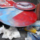 Verkehrsschilder mit Farbe verschandelt