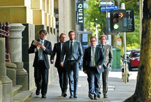 Giedo van der Garde (Mitte) marschiert mit seinen Anwälten vor dem Gericht in Melbourne auf. Foto: ap