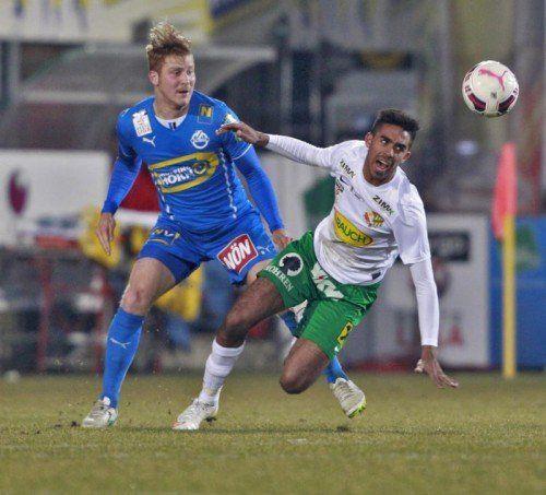 Horns Markus Rusek kann nur zuschauen, doch Seifedin Chabbi (rechts) kann den Ball nicht im Tor unterbringen. Foto: gepa