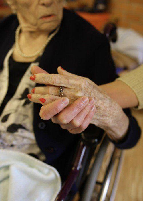 Die Pflege steht vor Herausforderung. Be-sonders die Finanzierung ist ein Problem. AP