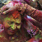 Inder feiern Fest der Farben