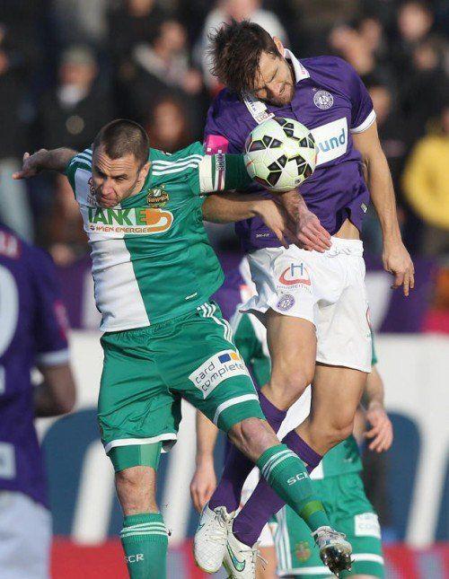 Rapids Steffen Hofmann (l.) gegen Austrias James Holland. Foto: gepa