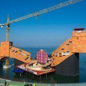 In einem kurzen Augenblick wurde ein Geheimnis des entstehenden Turandot-Bühnenbildes auf dem See preisgegeben