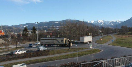 Tatort Kreisverkehr Güterbahnhof Wolfurt: Hier geriet der Versicherungskaufmann schlussendlich schmerzhaft in Bedrängnis. Foto: stp