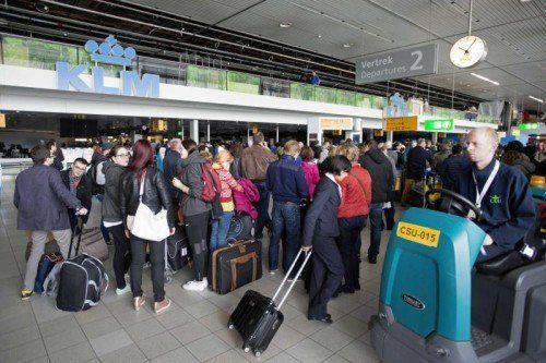 Tausende Menschen saßen fest. Dutzende Flüge wurden gestrichen, Züge, Metros und Straßenbahnen blieben stehen.  Foto: EPA