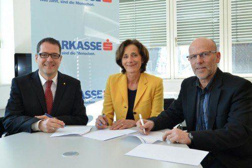 Unterzeichneten neuen Vertrag (v. l.): Martin Jäger (Sparkasse Bregenz), LR Bernadette Mennel und Fachinspektor Conny Berchtold. Landeschulrat