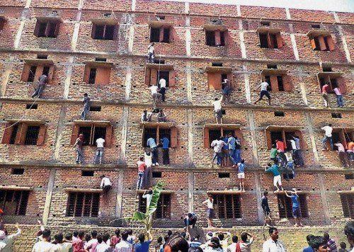Verwandte kletterten während der Prüfung zu den Klassenzimmern und halfen Schülern beim Schummeln.  AP