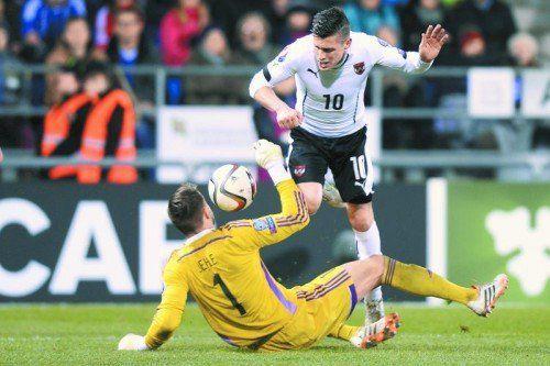 Zlatko Junuzovic wird von Liechtenstein-Torhüter Peter Jehle im Strafraum zu Fall gebracht. Der Bremen-Legionär war bester Österreicher beim 5:0-Sieg im Fürstentum. Foto: epa
